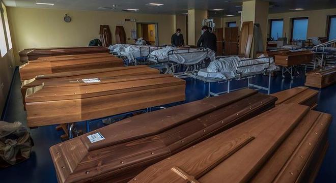 Cidade italiana tem de 'exportar' vítimas de covid-19 para ...